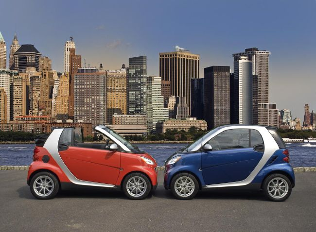 Smart Cars smooching in the city
